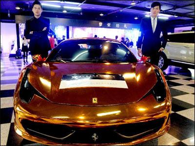Pozlaćeni Ferrari prikazan na internacionalnom sajmu venčanja