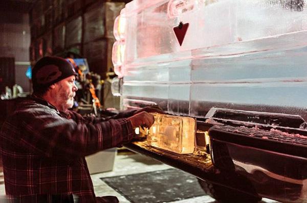 Kanadski vajari prave automobilu od leda