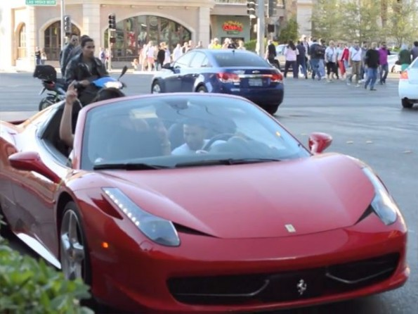 "Skrivena kamera otkriva kako Ferrari 458 Italia lako ""odvaja ženske"" [video]"