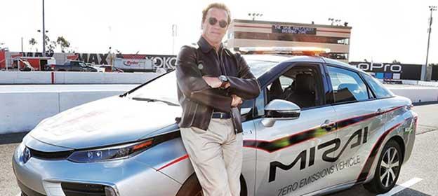 Arnold Švarceneger sa Toyotom Mirai predvodio NASCAR trku