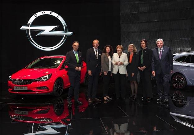 Minijaturni model Opel Astre za kancelarku Angelu Merkel
